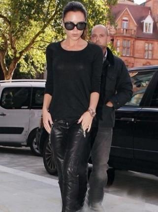 五分袖圆领衫配上黑色九分拉链皮裤搭配上铆钉厚底高跟鞋的造