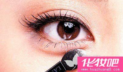 眼线胶不像眼线液干的那么快,半干的眼线胶,反而有点类似眼高清图片